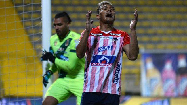 Teo Gutiérrez se lamenta tras errar una opción de gol ante el...
