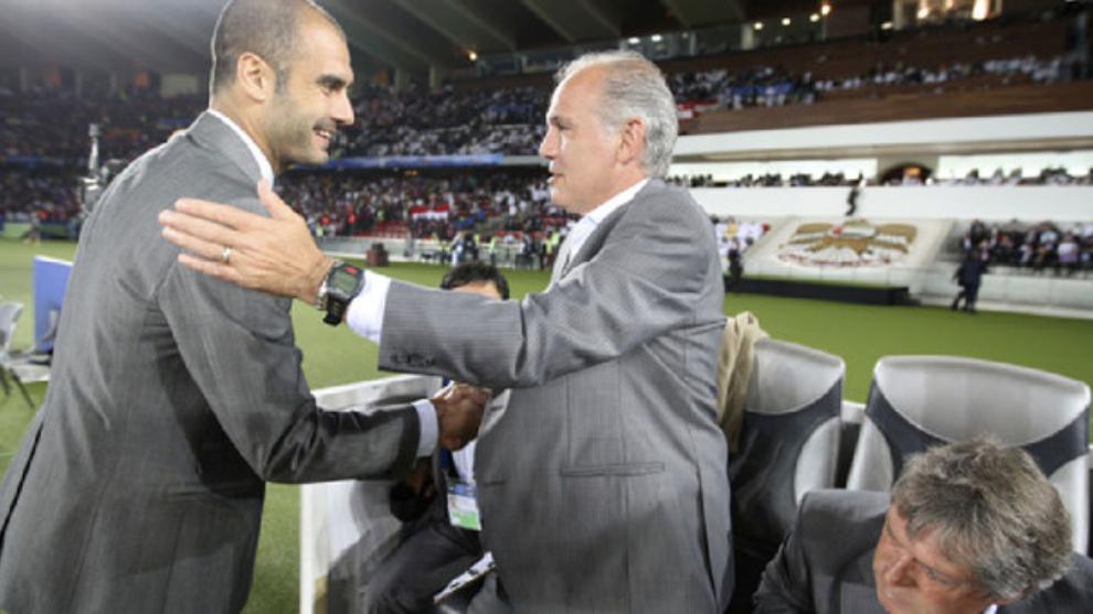 Alejandro Sabella saluda a Pep Guardiola antes de la final del Mundial...