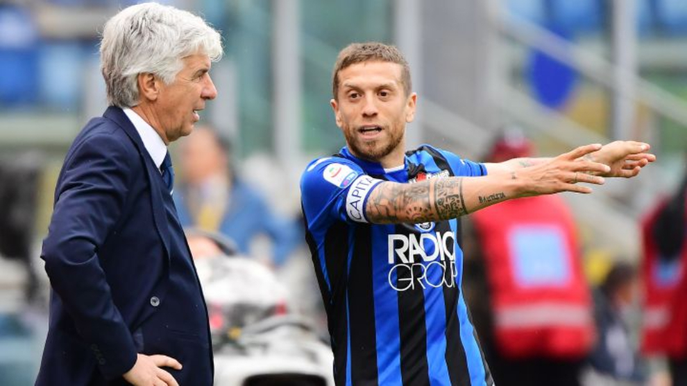 Gasperini y Papu Gómez conversan durante un partido.