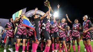 Santa Fe levanta su segundo título de campeonas de fútbol femenino...