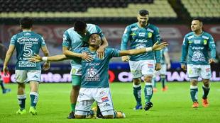 Yairo Moreno cruza de rodillas la cancha tras quedar campeón de la...