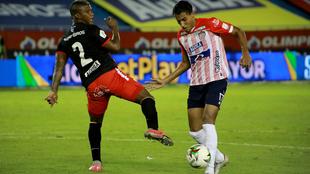 Gabriel Fuentes se quita la marca de Marlon Torres.
