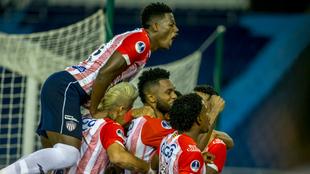 Los jugadores de Junior celebran el tanto de Borja en la ida ante...
