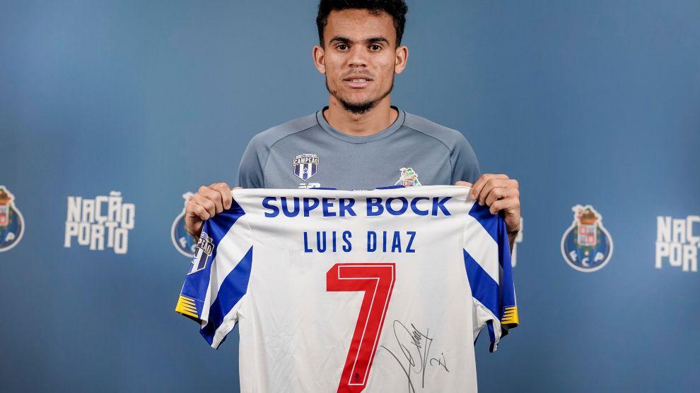 La camiseta firmada por Luis.