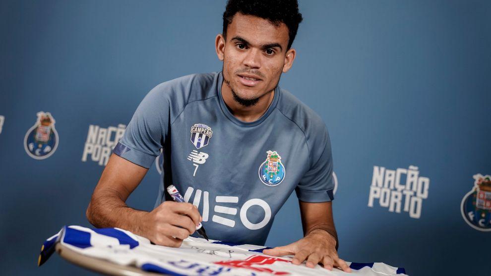 Luis, firmando la camiseta que se sorteará entre los lectores de MARCA Colombia.