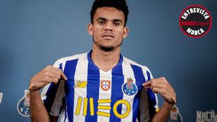 Luis Díaz, con la camiseta New Balance del Oporto tras la entrevista...