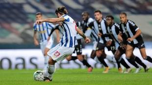 Sergio Oliveira remata a gol.