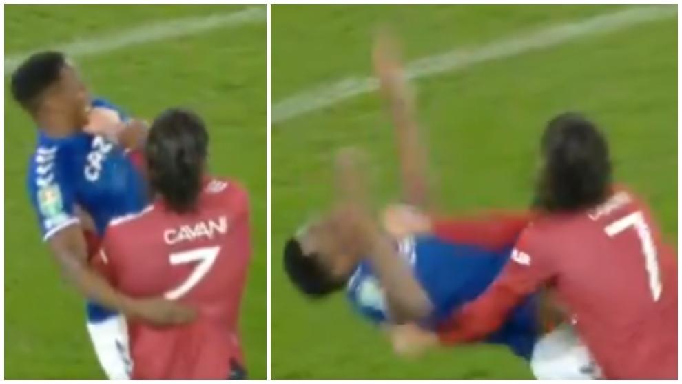 Edinson Cavani toma del cuello a Yerry Mina en la Carabao Cup.