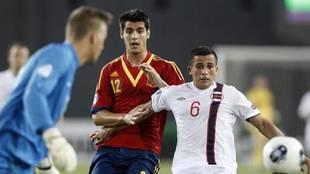 Omar Elabdellaoui, de blanco, marcado por Morata en un España-Noruega