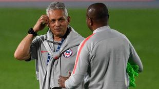 Reinaldo Rueda dialoga con Bernardo Redín, su asistente técnico.