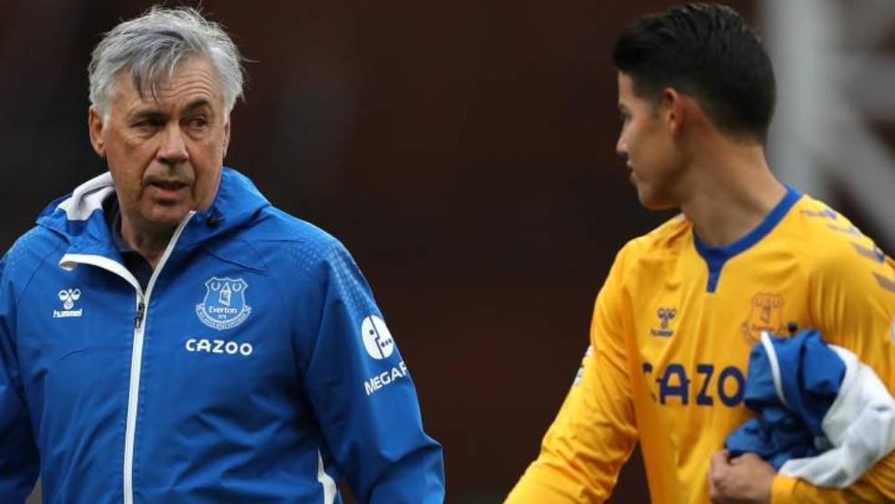 Carlo Ancelotti y James Rodríguez, durante un partido del Everton.