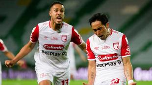 Fabián Sambueza festeja un gol con Kelvin Osorio.