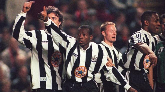 Faustino Asprilla celebra un tanto con el Newcastle.