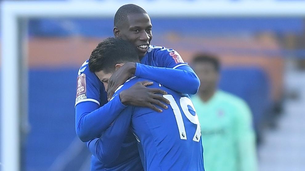Abrazo de gol entre Doucoure y James. Salvaron al Everton de los...