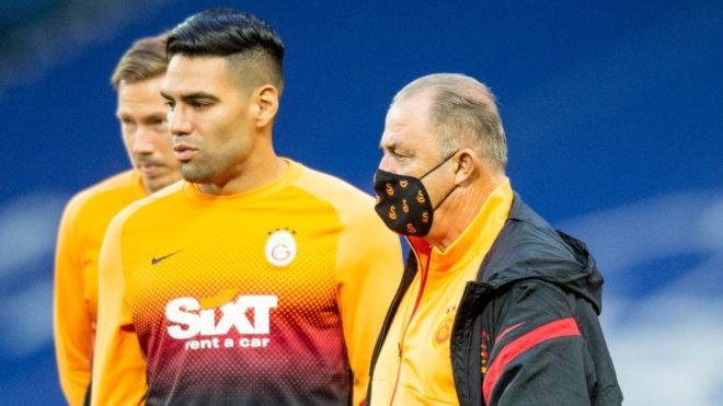 Fatih Terim, junto a Falcao en un entreno.