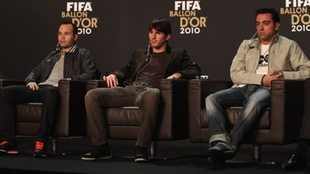 Iniesta, Messi y Xavi, antes de la premiación del Balón de Oro en...