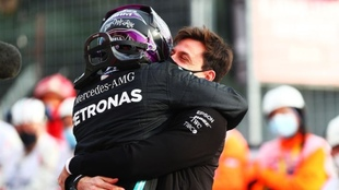 Lewis Hamilton y Toto Wolff se abrazan