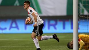 Santos Borré corre a celebrar el segundo tanto de River ante...