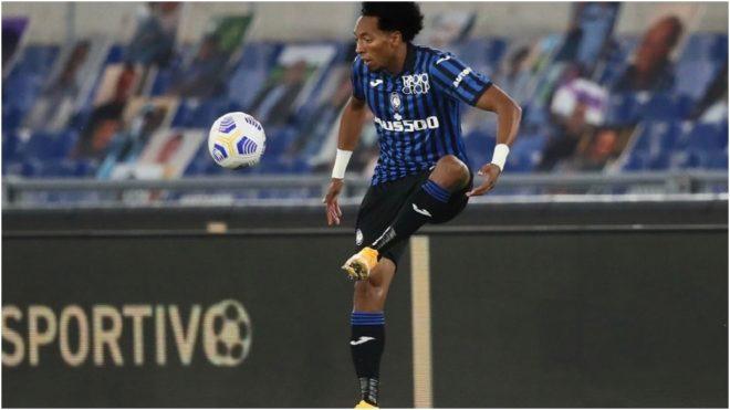 Mojica controla el balón en un partido con el Atalanta.