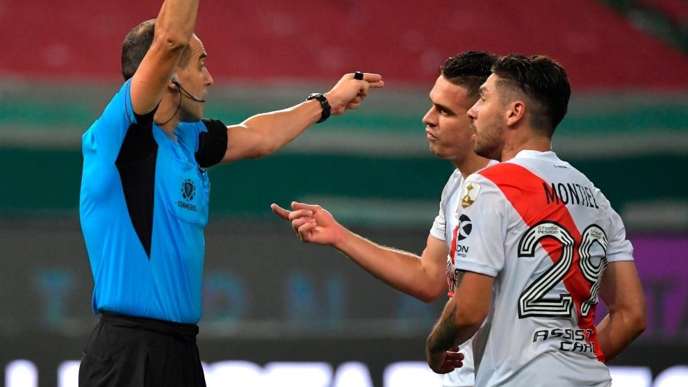 Esteban Ostojich explicándole las jugadas a Santos Borré y Montiel.
