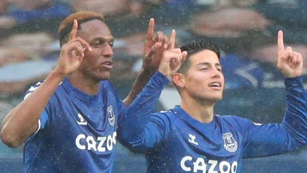 Yerry Mina y James Rodríguez celebran un gol del Everton.