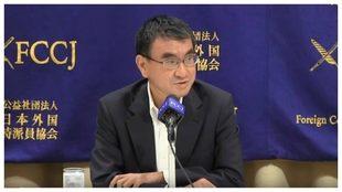 Taro Kono, ministro de Administración y Reforma de Japón, reconoce...