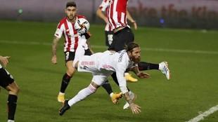 Sergio Ramos trata de rematar en el partido ante el Athletic