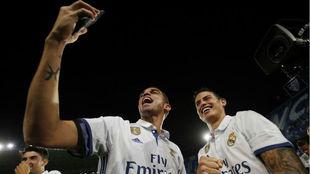 Pepe se fotografía con James tras ganar un título con el Real Madrid