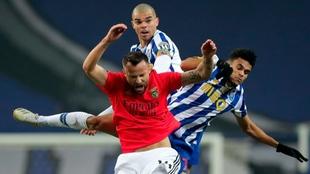 Pepe y Luis Díaz salta por la pelota contra Seferovic.