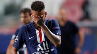 Neymar se lleva las manos a la cara tras caer en la final de la...