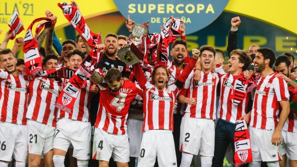 Jugadores del Athletic Club de Bilbao alzan la Supercopa de España.