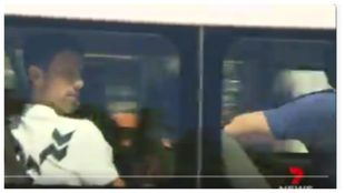 Djokovic, entrando para entrenar en un vehículo junto al resto de su...