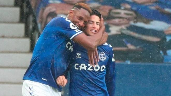 Yery Mina y James Rodríguez celebrando con el Everton.