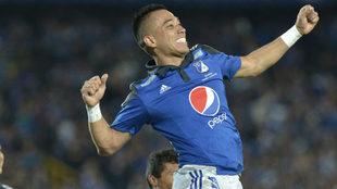 Fernando Uribe festeja una anotación con Millonarios.