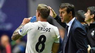 Lopetegui da indicaciones a Kroos durante un partido del Real Madrid.
