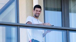 Djokovic sonríe desde el balcón del hotel.