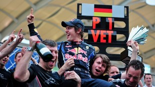 Vettel, celebrando su tercer título con Red Bull en 2012.