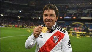 Gallardo muestra la medalla de campeón de la Libertadores en el...
