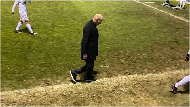 Zidane se retira con la cabeza en el suelo tras perder ante el...