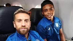 Papu Gómez y Muriel, durante un viaje en avión con el Atalanta