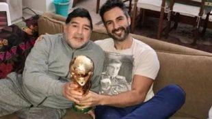 Maradona posa con Luque exhibiendo el trofeo de campeón del mundo