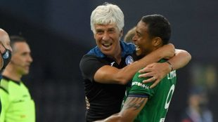 Gasperini abraza a Muriel tras un gol con el Atalanta