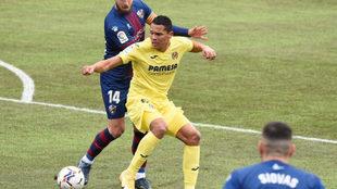Bacca controla el balón durante el partido con el Huesca