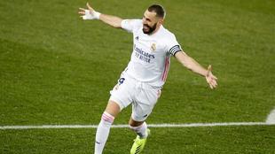 Karim Benzema festeja uno de sus dos goles en el Mendizorroza.