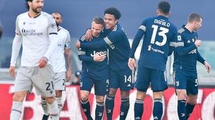 Eñ abrazo entre los goleadores de la tarde en Italia.