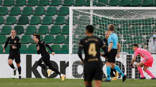 Riqui Puig celebra su gol ante Elche.