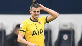 Gareth Bale se coloca el pelo durante un partido con el Tottenham