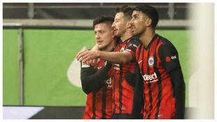 Jovic es felicitado por sus compañeros tras marcar con el Eintracht