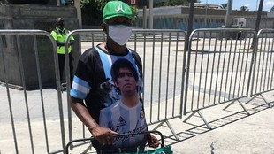 Un aficionado con una camiseta de Maradona en la final entre Palmeiras...