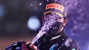 Lewis Hamilton celebra su podio en el Gran Premio de Abu Dabi.